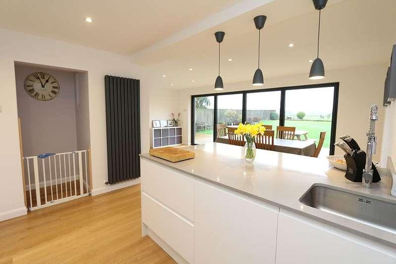 3 Bedrooms Semi Detached House for sale in Wellington Drive, Devizes, Wiltshire, SN10 2JL