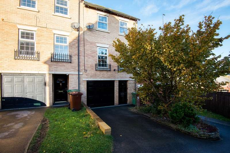 4 Bedrooms Terraced House for sale in Raynville Gardens, Leeds, West Yorkshire, LS12