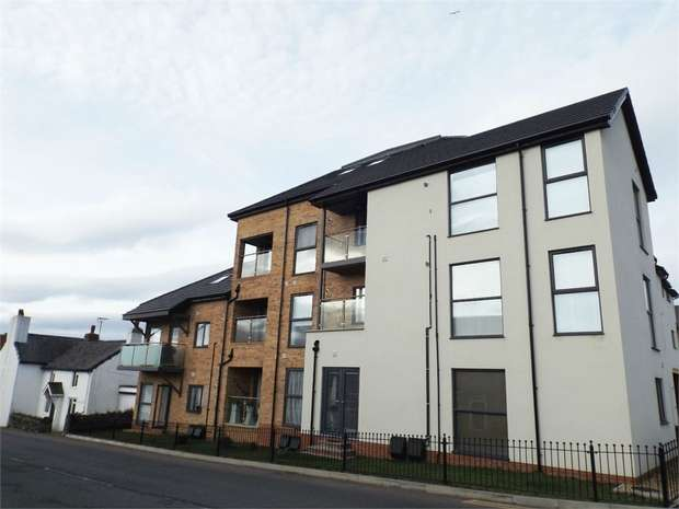 2 Bedrooms Flat for sale in Pentywyn Road, Deganwy, Conwy