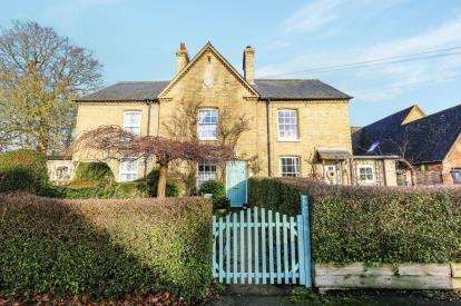 2 Bedrooms Terraced House for sale in High Street, Sutton, Sandy, Bedfordshire