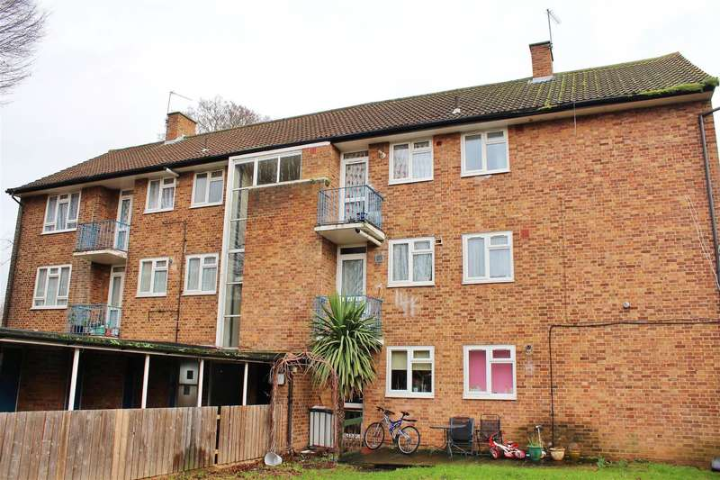 3 Bedrooms Flat for sale in Norwood Close, Southall, UB2