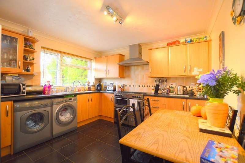 3 Bedrooms Terraced House for sale in St Olams Close, Luton, LU3 2LD