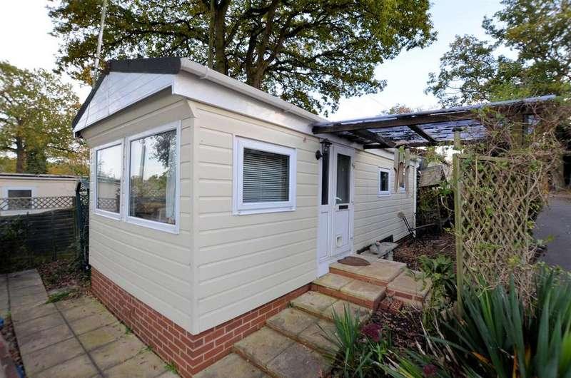 1 Bedroom Park Home Mobile Home for sale in 9th Avenue, Garston Park, Tilehurst, Reading