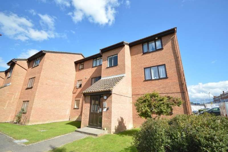 Flat for sale in Solar Court King Georges Avenue, Watford, WD18