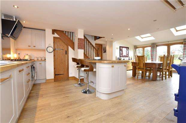 5 Bedrooms Detached House for sale in Middle Street, Eastington, Gloucestershire, GL10 3AZ