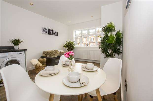 2 Bedrooms Maisonette Flat for sale in 38 Nutfield Road, Merstham, Redhill, Surrey, RH13EP