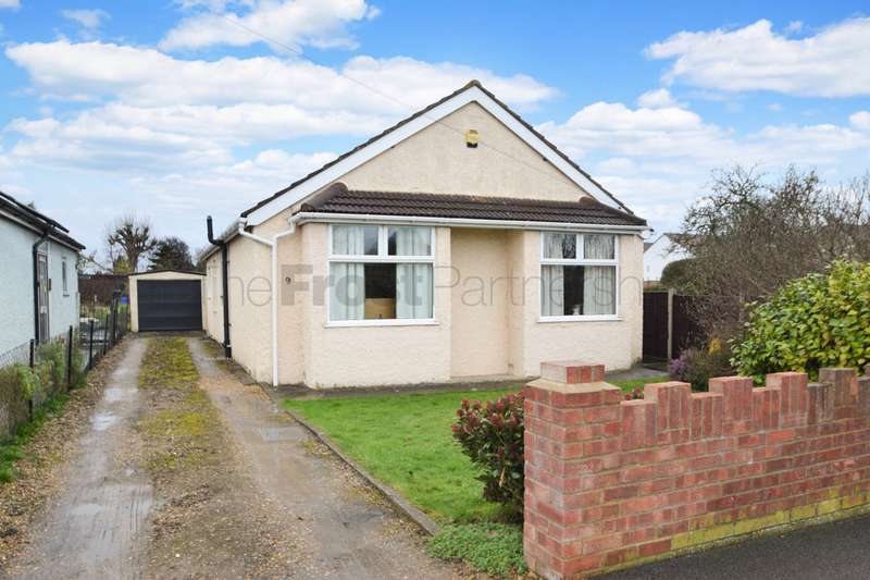3 Bedrooms Detached Bungalow for sale in Mead Way, Near Burnham, Slough, SL1