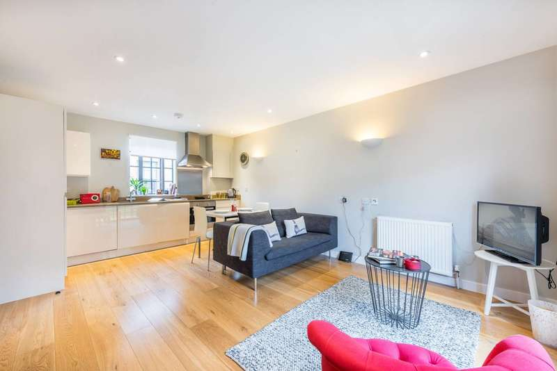 2 Bedrooms House for rent in Hamilton Road, Twickenham, TW2