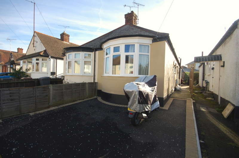 2 Bedrooms Semi Detached Bungalow for sale in Bruce Grove, Chelmsford, CM2