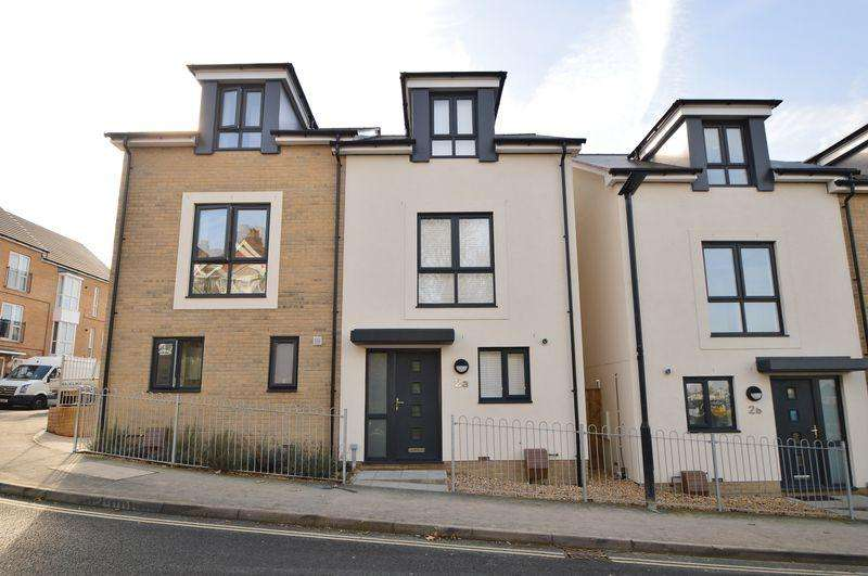 3 Bedrooms Semi Detached House for sale in East Cowes, PO32 6AJ