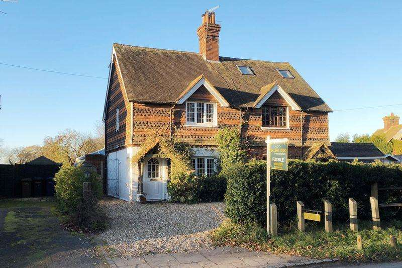 3 Bedrooms Semi Detached House for sale in Smithwood Common, Cranleigh