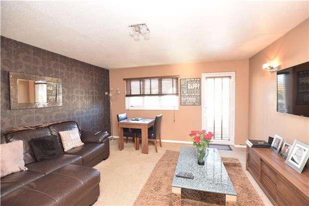 2 Bedrooms Maisonette Flat for sale in Vellum Drive, CARSHALTON, Surrey, SM5 2TR