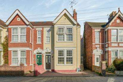 4 Bedrooms Terraced House for sale in Hurst Grove, Bedford, Bedfordshire, .