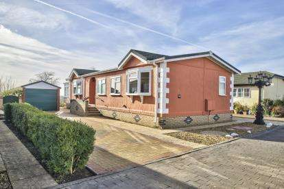 3 Bedrooms Mobile Home for sale in Pine Hill Park, Wyton, Huntingdon, Cambs
