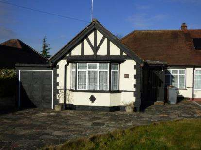 3 Bedrooms Bungalow for sale in Byng Drive, Potters Bar, Hertfordshire