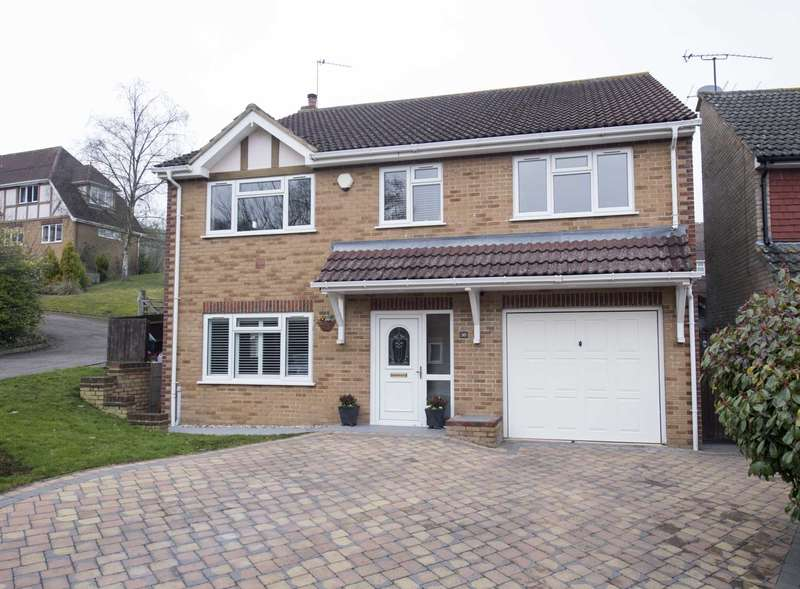 5 Bedrooms Detached House for sale in Cobbetts Ride, Tring