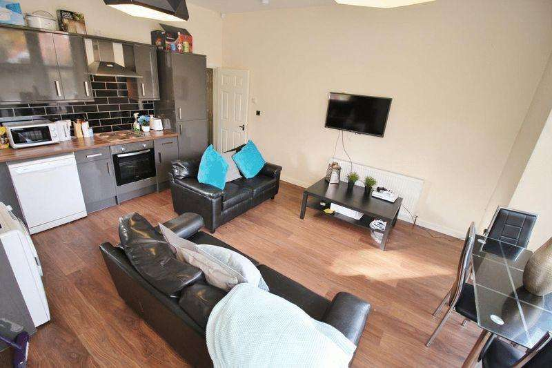 3 Bedrooms Apartment Flat for rent in Cardigan Road, Leeds