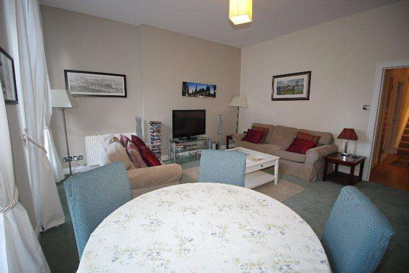 2 Bedrooms Flat for rent in South Charlotte Street, West End, Edinburgh, EH2 4AN