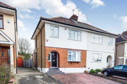 3 Bedrooms Semi Detached House for sale in Romford