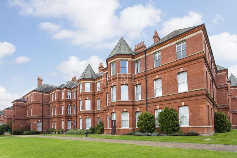 3 Bedrooms Apartment Flat for sale in Brandesbury Square, Repton Park, Woodford Green, Essex IG8