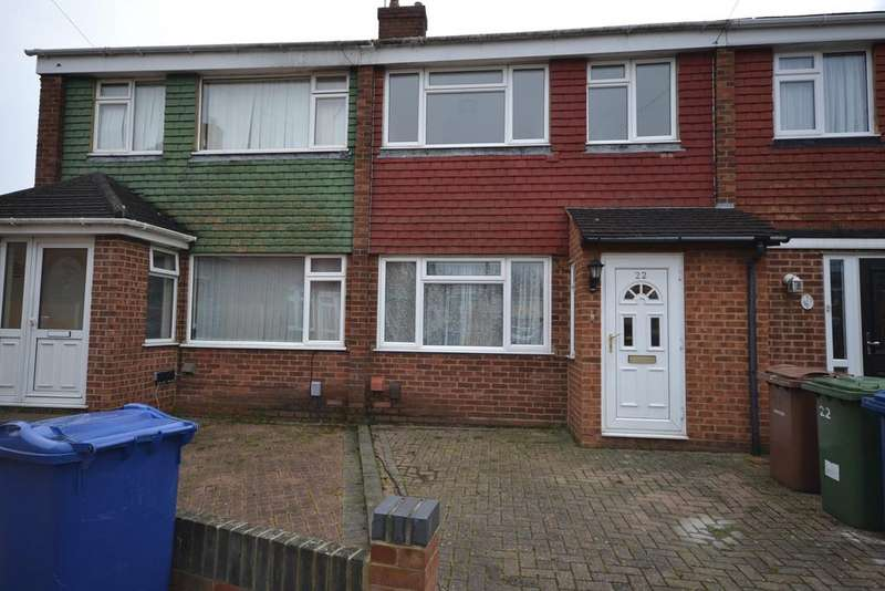 3 Bedrooms Terraced House for sale in Churchill Crescent, Stanford-le-Hope, SS17