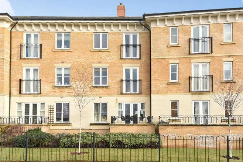 2 Bedrooms Flat for sale in Heald Court, Carterton, OX18