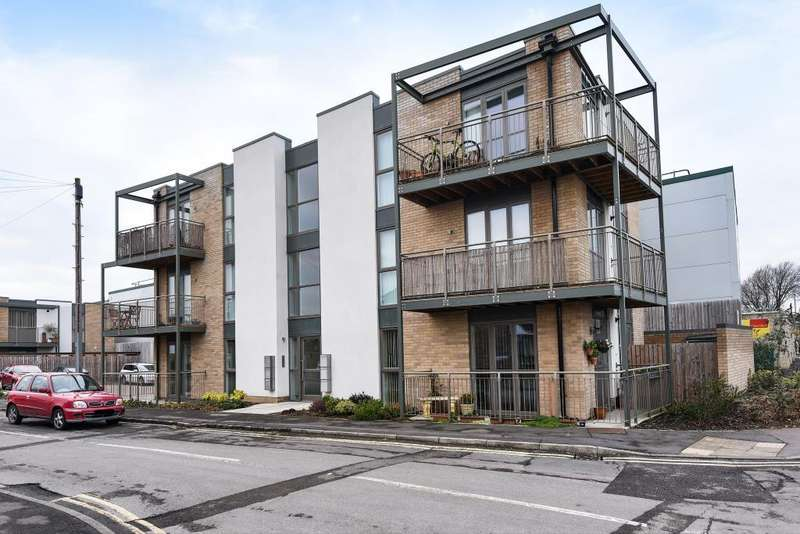 2 Bedrooms Flat for sale in Carterton, Oxfordshire, OX18