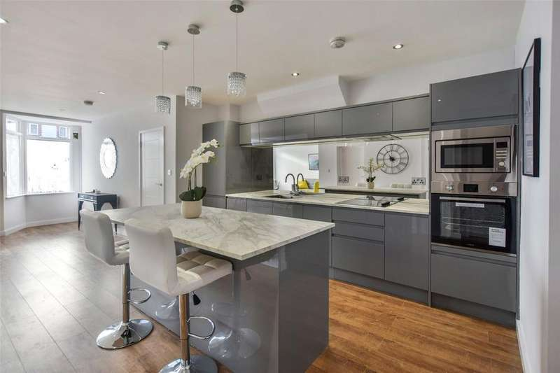 2 Bedrooms Apartment Flat for sale in London Road, Leigh On Sea, Essex, SS9