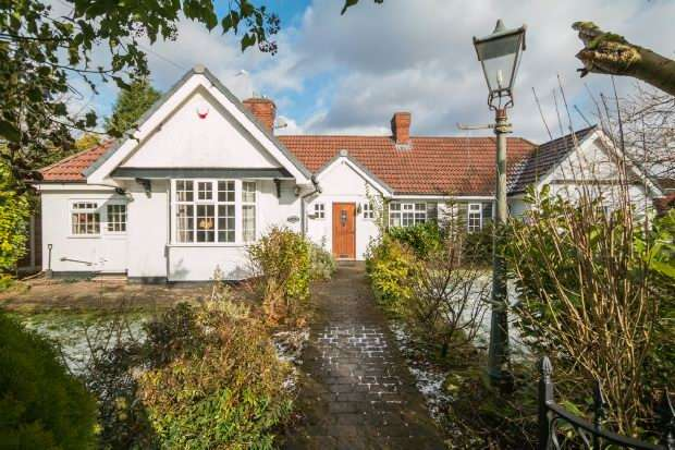 4 Bedrooms Detached Bungalow for sale in Claremont Avenue, Timperley