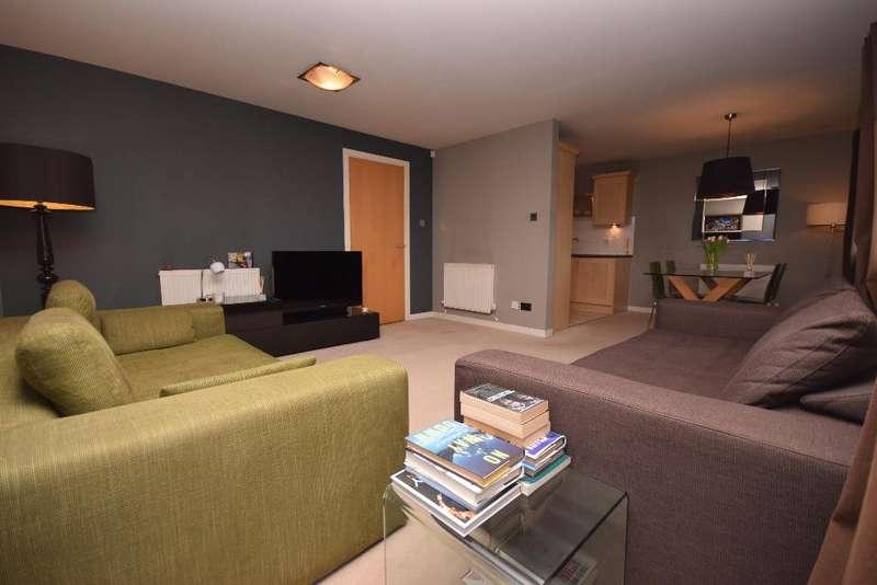 2 Bedrooms Flat for sale in Pinegrove Gardens, Flat 2, Barnton, Edinburgh, EH4 8DA