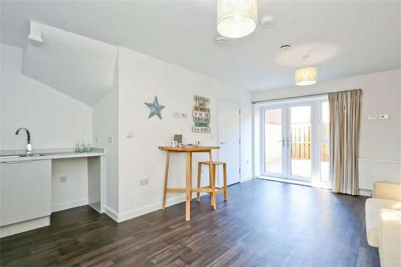 3 Bedrooms Flat for sale in Martello Place, Claremont Road, Seaford, East Sussex