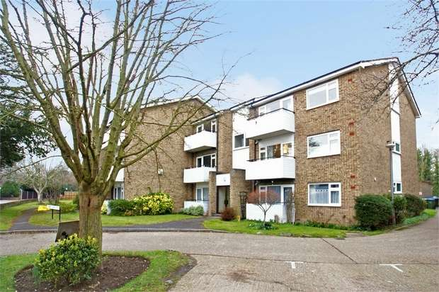 2 Bedrooms Flat for sale in Surrey Lodge, 91 Queens Road, Hersham, WALTON-ON-THAMES, Surrey