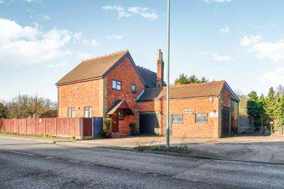 4 Bedrooms Detached House for sale in Ampthill Road, Kempston Hardwick, Bedford, Bedfordshire
