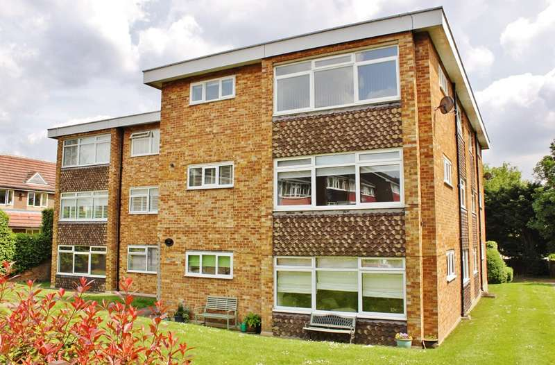 2 Bedrooms Flat for rent in Cedar Close, Buckhurst Hill