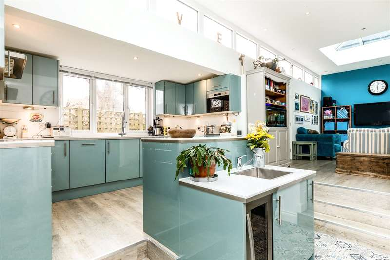 4 Bedrooms Flat for sale in Eastgate House, The Hornet, Chichester, West Sussex, PO19