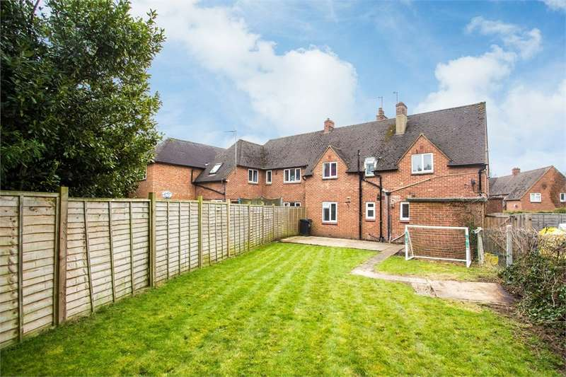 2 Bedrooms Flat for sale in Hillside Close, Chalfont St Peter, Buckinghamshire
