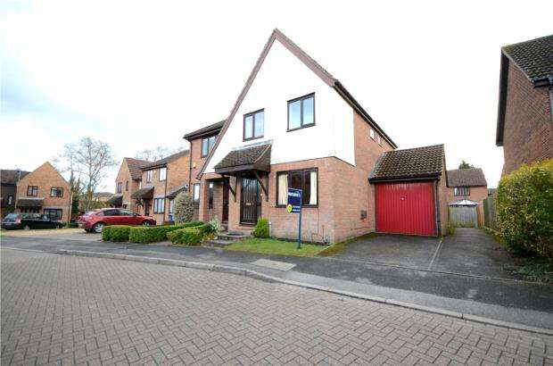 3 Bedrooms Semi Detached House for sale in Beveren Close, Fleet, Hampshire