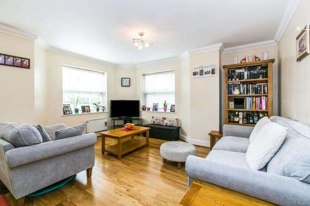 2 Bedrooms Flat for sale in Woking, Surrey, .