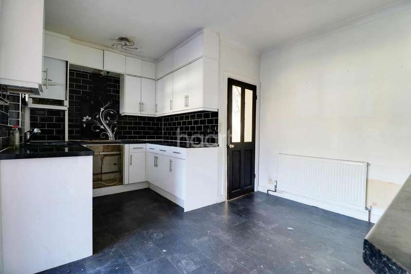 3 Bedrooms Semi Detached House for sale in Marks Road, Romford, RM7