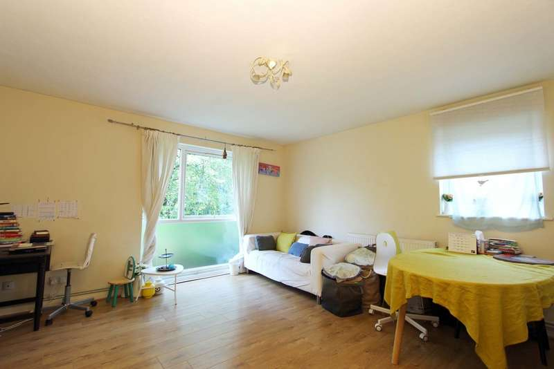 2 Bedrooms Flat for sale in Lambourne Grove, Kingston upon Thames
