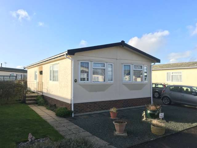 2 Bedrooms Mobile Home for sale in Oaktree Close, Pagham Road, Nyetimber, Bognor Regis, West Sussex. PO21 3PW