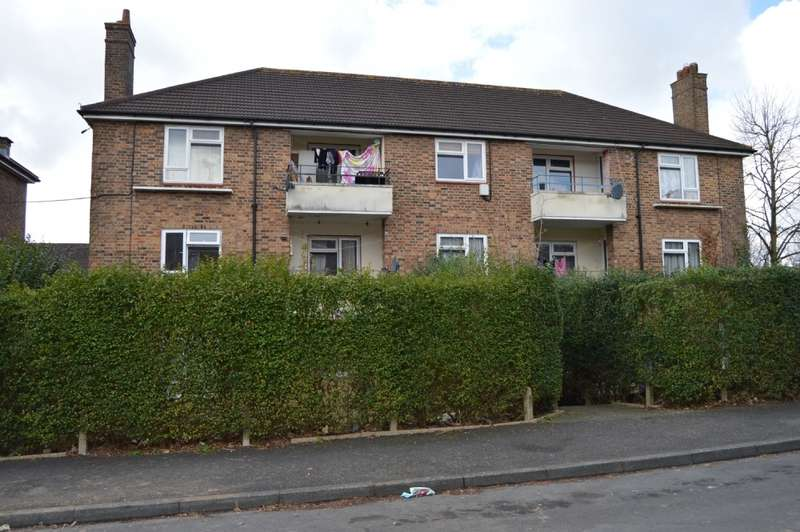 2 Bedrooms Flat for sale in Broseley Road, Harold Hill