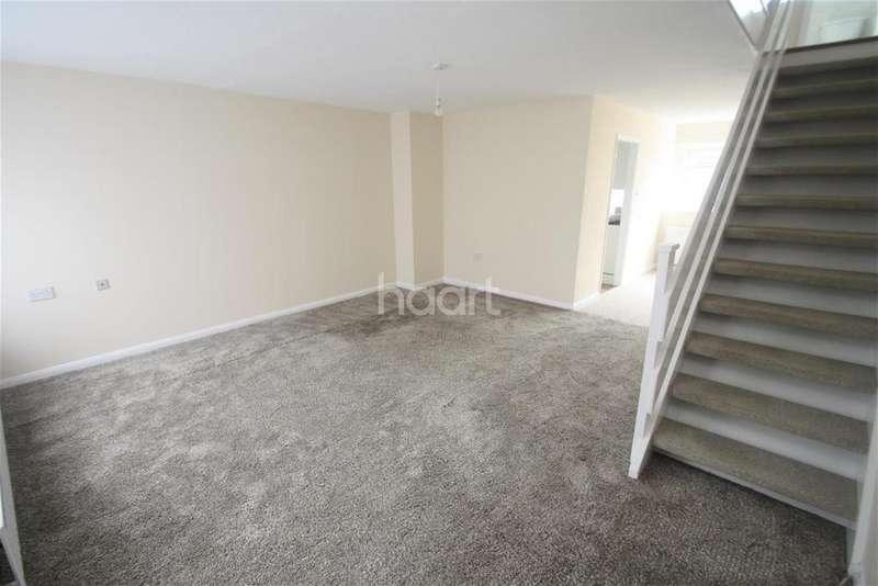 3 Bedrooms Terraced House for rent in Jubilee Avenue - Rush Green - RM7