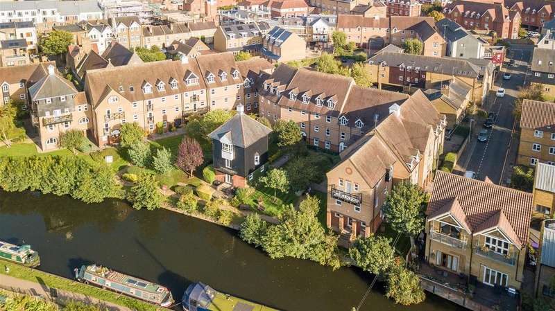 3 Bedrooms Flat for sale in Mitre Court, Hertford