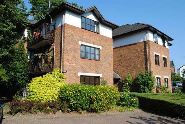 2 Bedrooms Flat for sale in Lower Village Road, Sunninghill