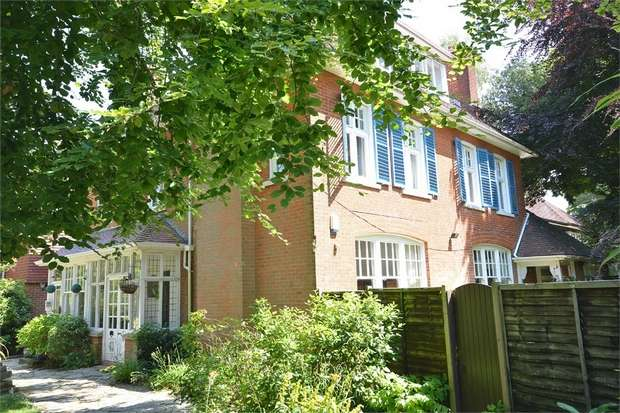 2 Bedrooms Flat for sale in Talbot Woods, Bournemouth, Dorset