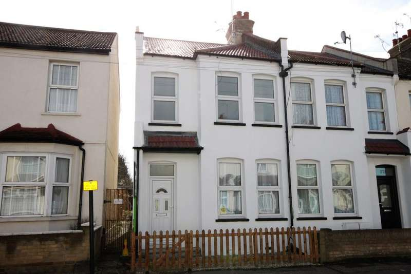 3 Bedrooms End Of Terrace House for sale in Fairfax Drive, Westcliff-on-Sea