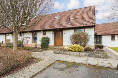 3 Bedrooms Bungalow for sale in Aberlour Place, Lawthorn, Irvine, North Ayrshire