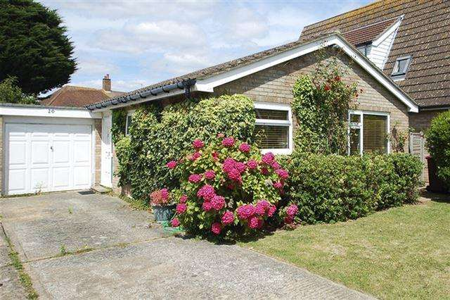 2 Bedrooms Bungalow for sale in Locksash Close, West Wittering.