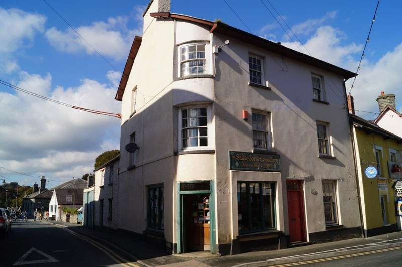 3 Bedrooms Town House for sale in Market Square, Newcastle Emlyn, Carmarthenshrie SA38